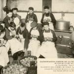 Préparation de la soupe à La Mie de Pain par les écoliers